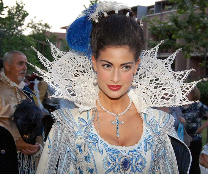 Kostüm einer adeligen jungen Dame aus dem 17. Jahrhundert