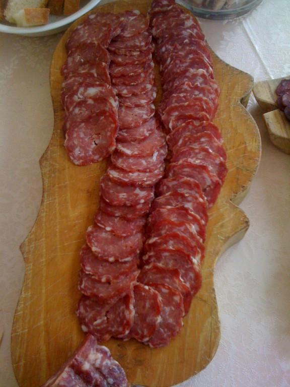 Eine Platte traditioneller italienischer Salami