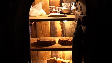 Käseformen reifen im Crotto