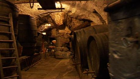 In dem Crotto wird Wein zum Reifen gelagert