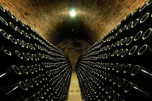 Tausende Flaschen in einem Franciacorta Keller