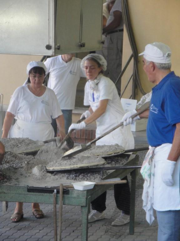 Die Torta wird mit heisser Asche zugedeckt