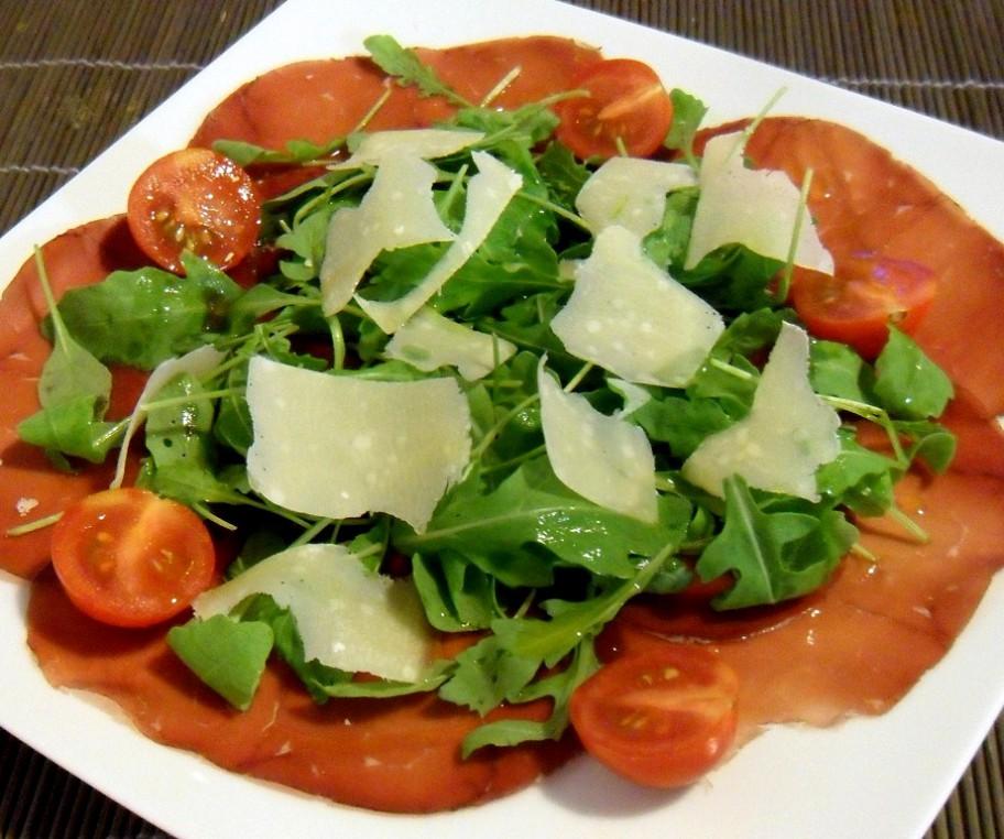 Bresaola mit Tomaten, Parmesan und Rucola