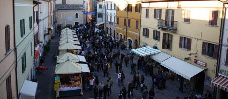 Verkaufsstände auf der Trüffelmesse in Oktober