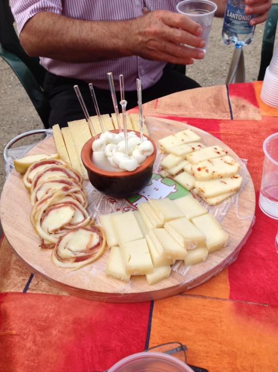 Die Käseplatte mit den Produkten der Molkerei ist da!