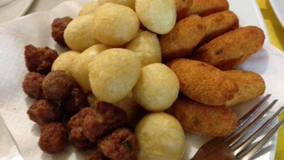 Antipasto mit verschiedenen frittierten Zutaten