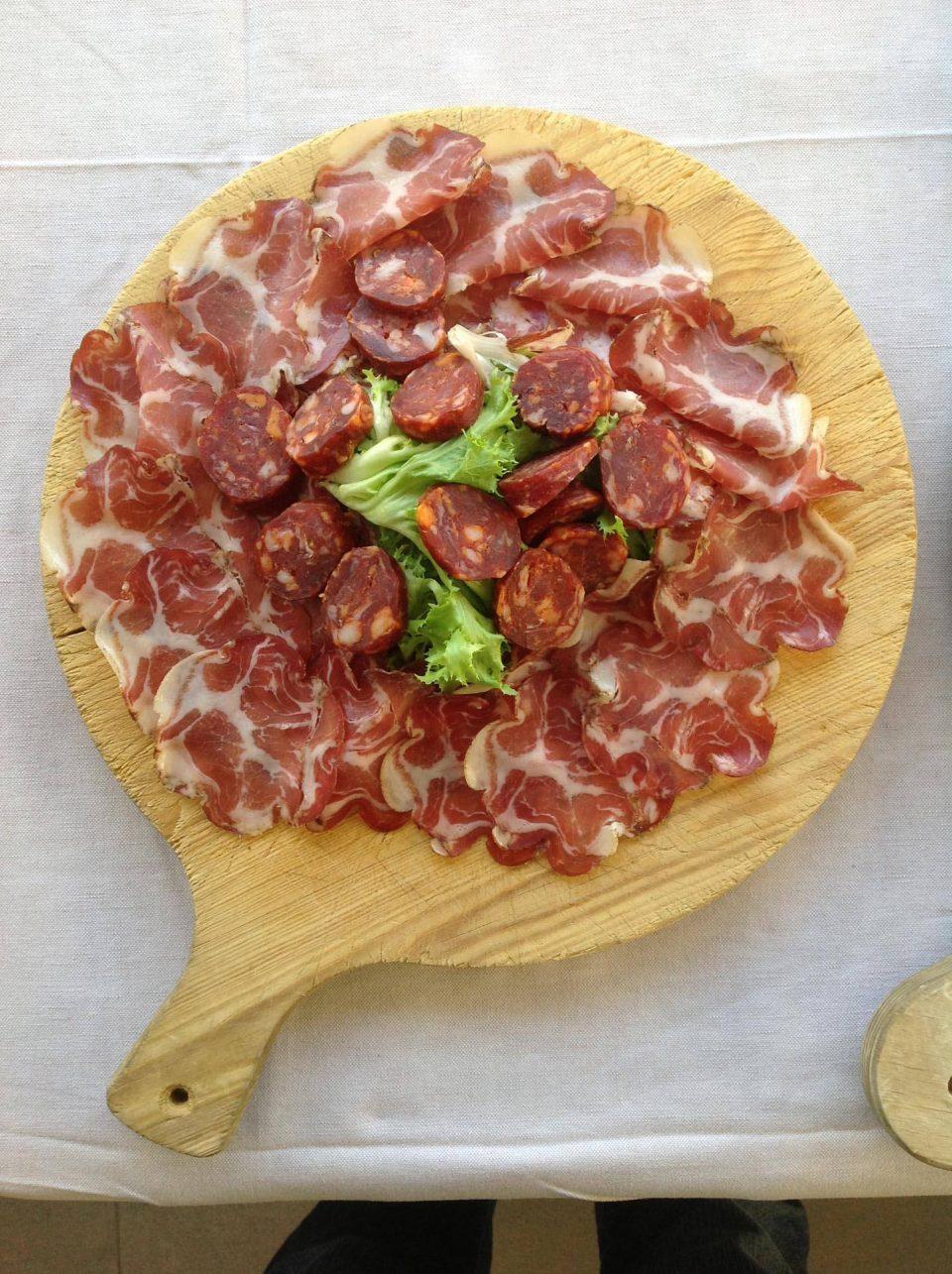 Leckere Salamiplatte aus Apulien