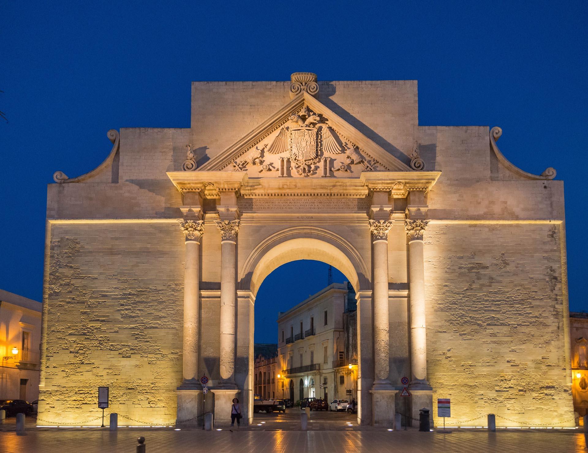 Das Stadttor Porta Napoli in Lecce