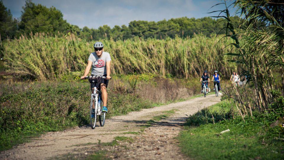 Radfahren entlang alter Schotterwege