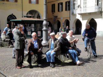 Plaudern am Hauptplatz von Casale Monferrato