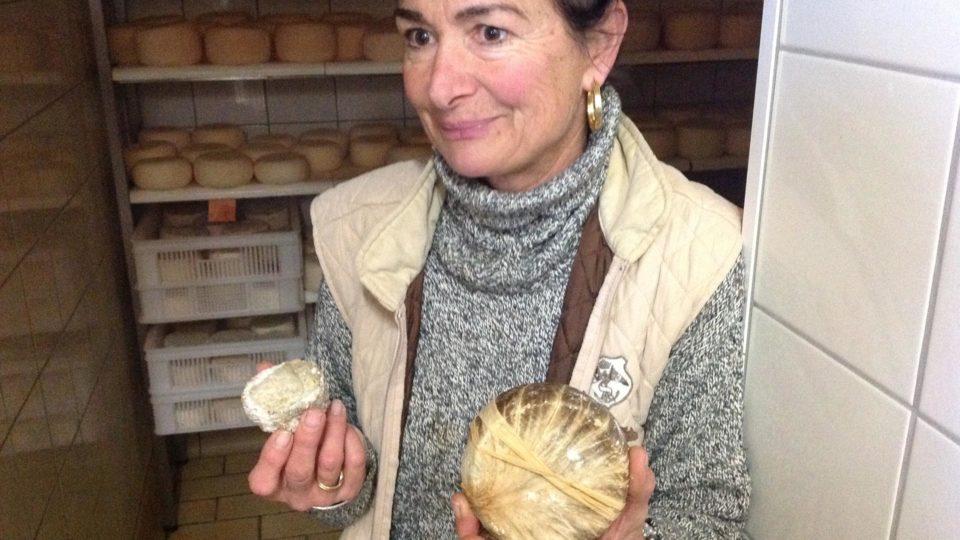 Die Schweizerin Sandra mit ihrem Ziegenkäse