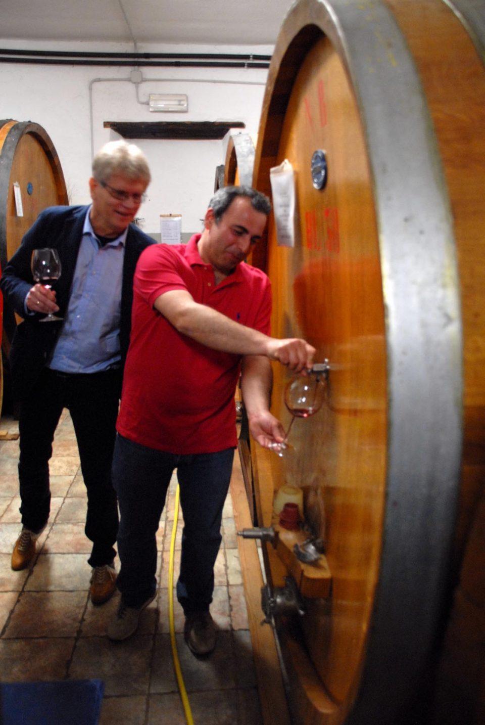 Matteo von Weingut Quercecchio holt Wein aus dem Faß