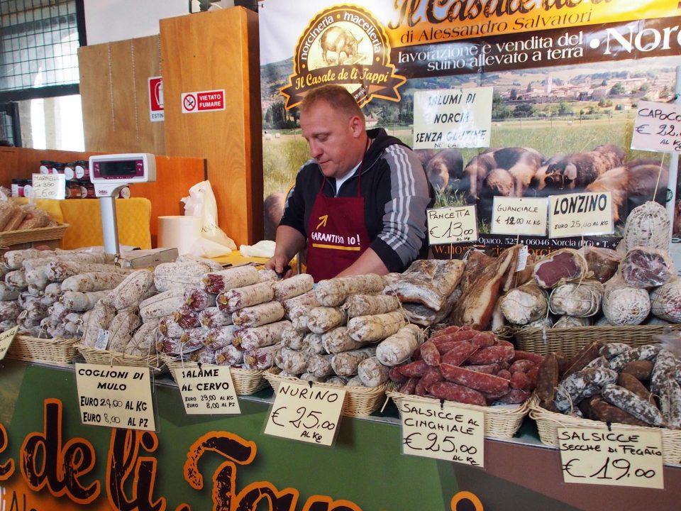 Salamistand auf dem Wochenmarkt in Umbrien