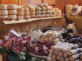 Salami, Schinken und Käse auf dem Wochenmarkt in Umbrien