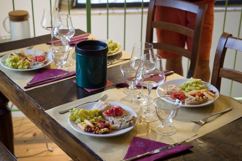 Hier gibt es einen kleinen Imbiss und es werden die Weine des Hauses, wie Vernaccia di San Gimignano und Chianti Classico verkostet