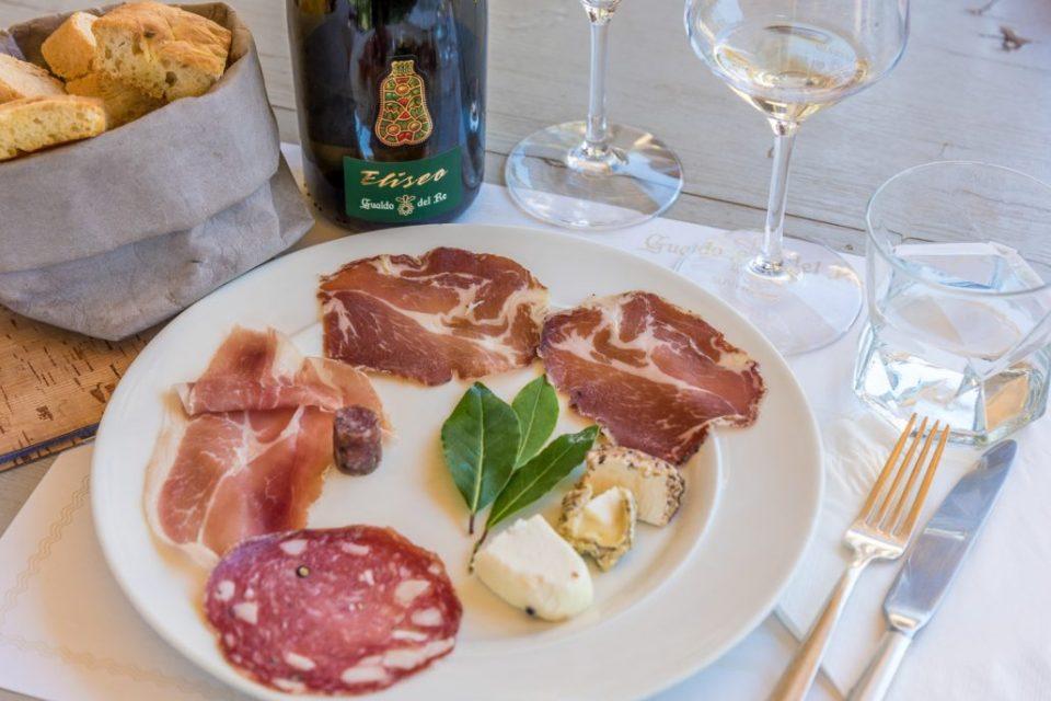 Im Gualdo del Re werden wir mit lokalen Spezialitäten verwöhnt und verkosten je nach Saison feine Weiss- oder Rotweine