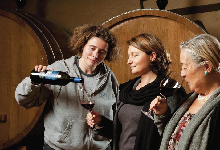 Weinverkostung im Casato Prime Donne in der Kellerei mit ihren Holzfässern