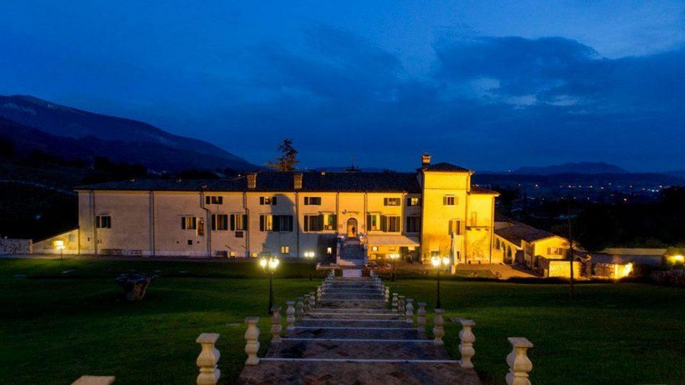 Die blaue Stunde im Park der Villa Cariola bei Verona.