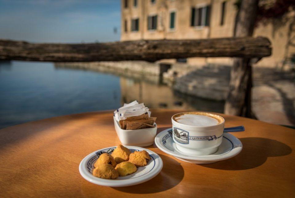 Ein Cappuccino geht immer. Vor allem am Gardasee an der Punta San Vigilio. Die ideale Stärkung vor einer Wanderung