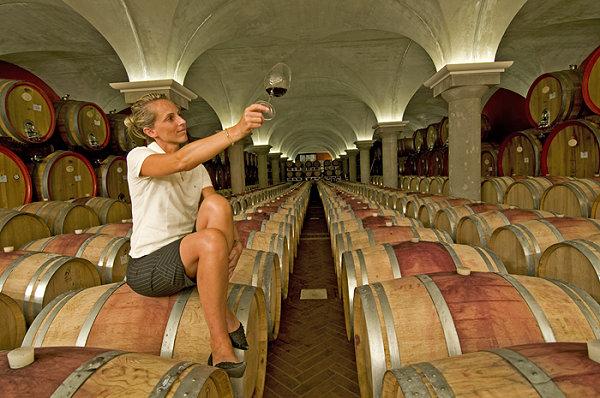 Federica Zeni begutachtet ihren Bardolino Superiore in ihrem Weinkeller in Bardolino