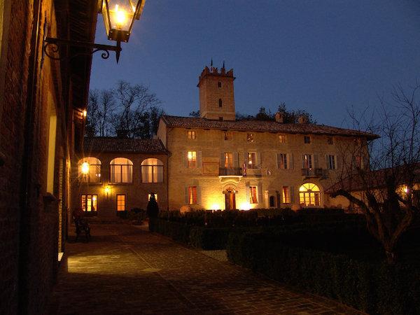 Hof des Castello di Razzano bei Nacht