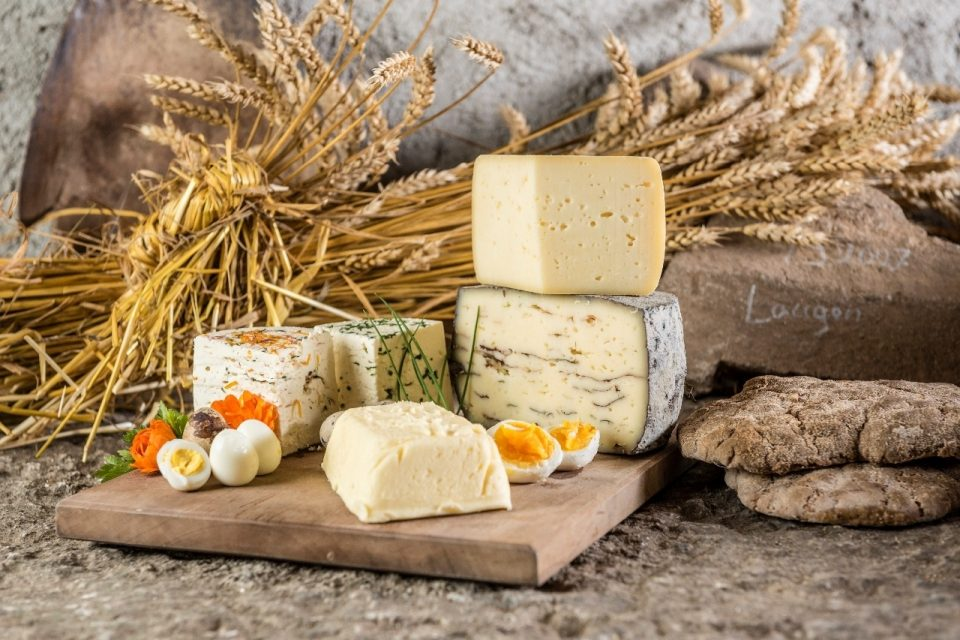 Produkte vom Hof: Roggenbrot, Rohmilchprodukte von Kuhmilch und Schafmilch, Getreideprodukte ©Hannes Niederkofler