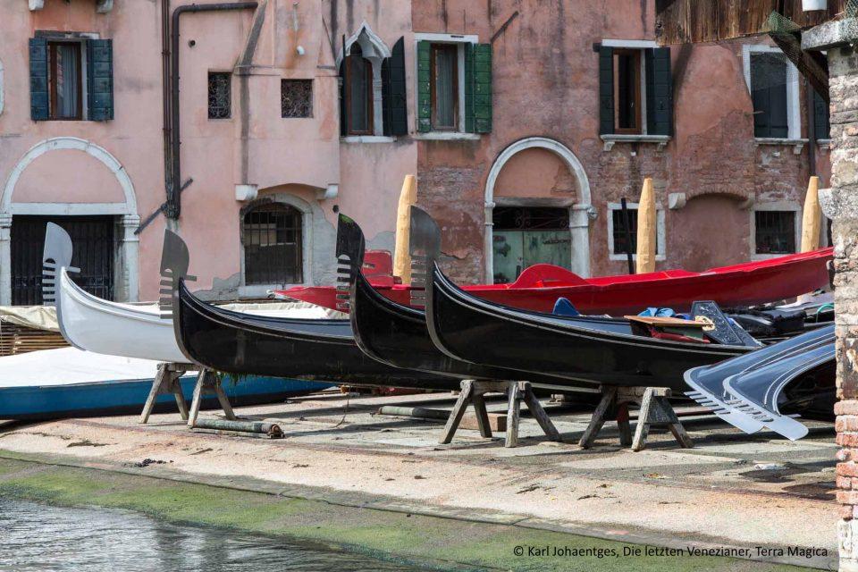 Trockengelegene Gondeln in Venedig